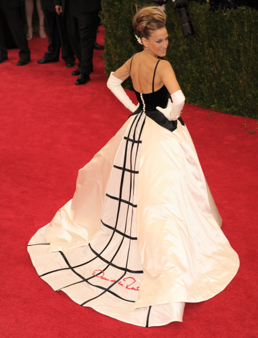 SJP makes you look from all angles. Love the styling, the Oscar de la Renta dress, to the shape of the hair to the opera gloves.